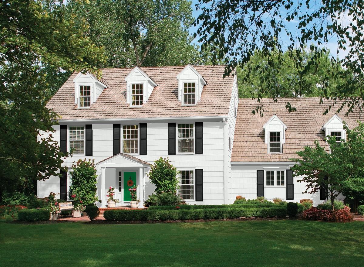 Crisp exterior paint scheme with green door. Beautiful Benjamin Moore Exterior Paint Scheme